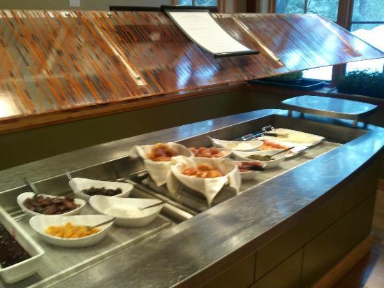 Kingfisher Restaurant & Wine Bar: salad bar changed for extra breakfast options