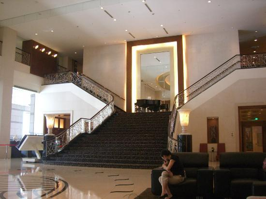 Tayih Landis Hotel Tainan : Staircase from foyer