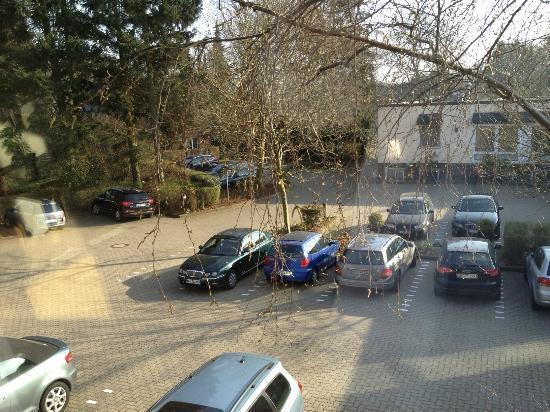 Hotel Business & More: Blick auf den Parkplatz von Zimmer 409