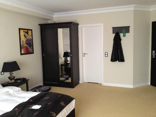 Hotel Business & More : Blick zum Bad Zimmer 409