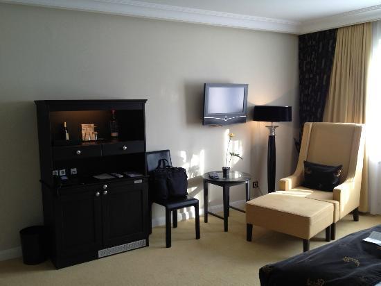 Hotel Business & More: Blick zum Fenster / TV Zimmer 409