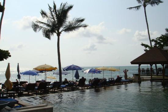 Golden Sand Beach Resort: Вид на бассейн и пляж из отеля