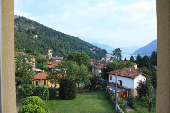 Caroline Hotel Brusimpiano: view from our room, outlooking Lugano-Lake