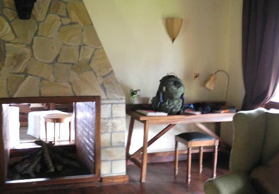 Neptune Ngorongoro Luxury Lodge: Wohnzimmer mit Kamin
