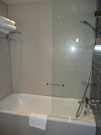 Crowne Plaza Copenhagen Towers : bathtub and standing shower