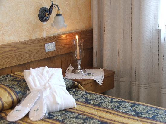 Hotel Azola: Camera matrimoniale