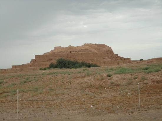 Shush, Iran: la ziggurat in lontananza