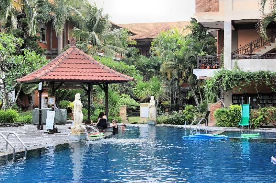Adi Dharma Hotel: Pool & swim up bar, childs slide.