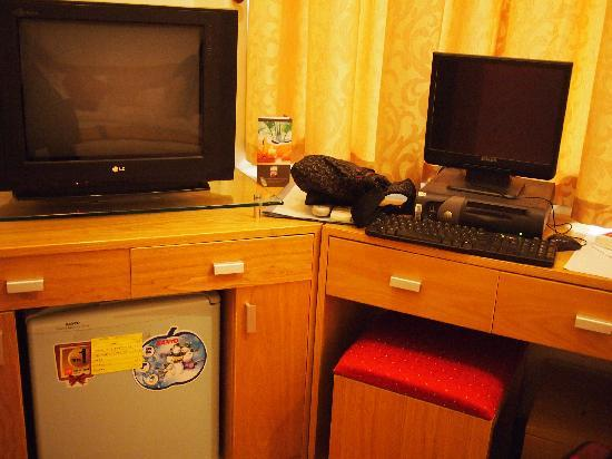 Hanoi Serenity Hotel: TV and computer