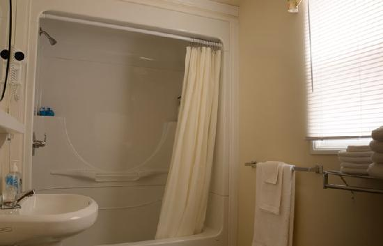 Crown Cove Cottages: 4pc Bathroom