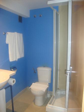 HIBLANC: Bagno minimal associato alla stanza