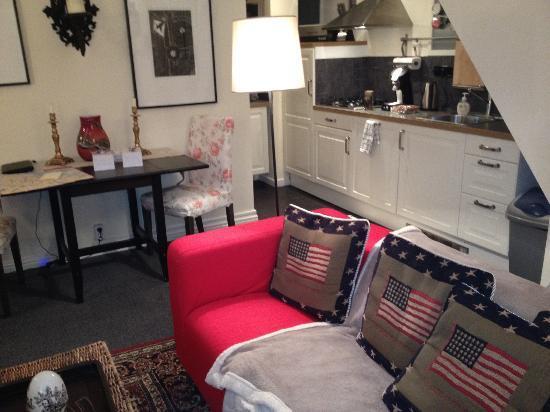 Boogaard's Bed and Breakfast: living, sillon y cocina atras.