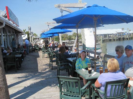 Mojo's on the Harbor: Outdoor dining area