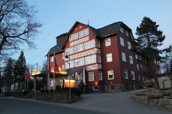 Oberhof, Deutschland: Blick auf das Hotel im Abendrot (März 2012)