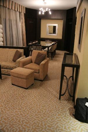 TIME Oak Hotel & Suites: Living/dining area