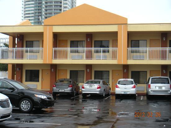 Midtown Inn Miami: FOTO FRENTE AL HOTEL SE VE MI HABITACION