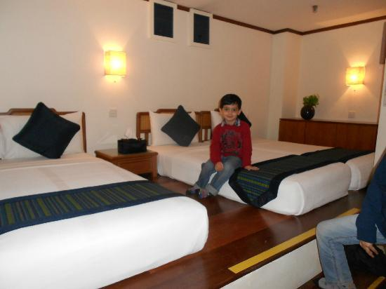 Perak Hotel: Pic from the door (Left Side of the room)