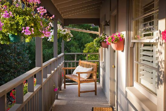 Carmel Country Inn: Walkway to Two Bedroom Two Bath Suites