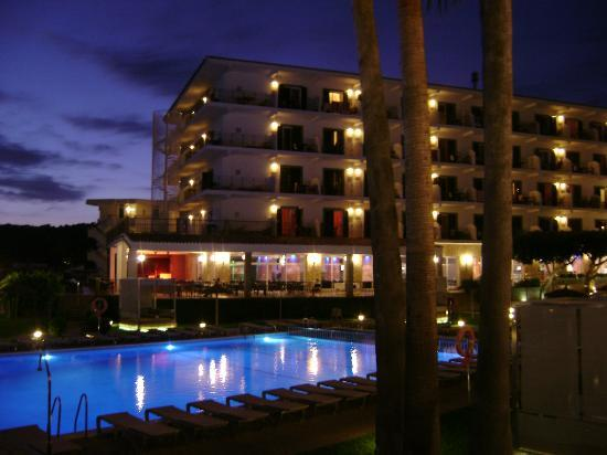 Sol Beach House Menorca: vista by night hotel