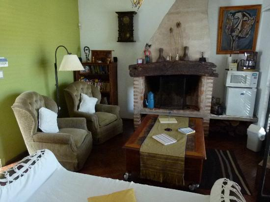 Una Noche Mas b & b: Front/breakfast/common room looking almost exactly south (but the green east wall is visible).