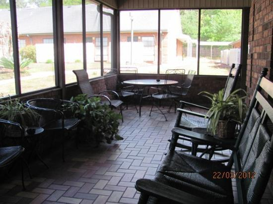 Hospitality Inn: Screened Veranda with rockers