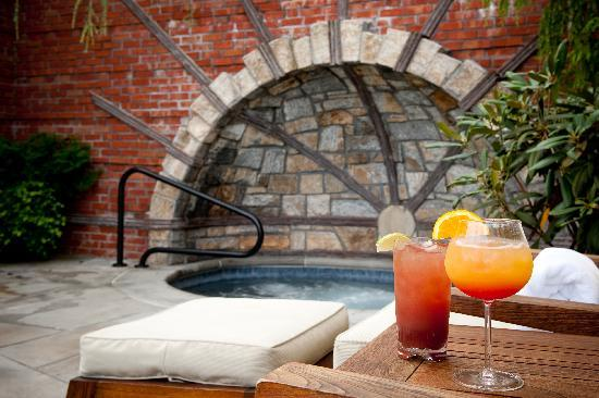Old Edwards Inn and Spa : Cocktails by the Whirlpool