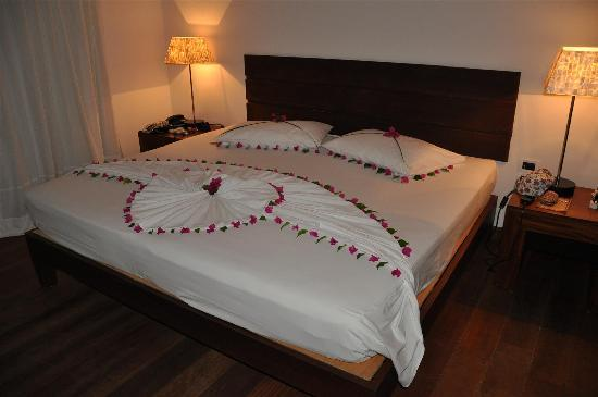 Diamonds Thudufushi: Bed decoration for my Dad's 60th