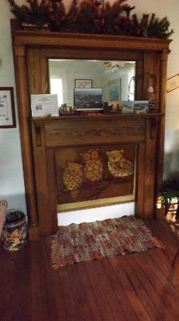 The Old Carrabelle Hotel: fun fireplace in common area of the Inn