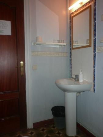 BCN Hostal Central: sink inside the room