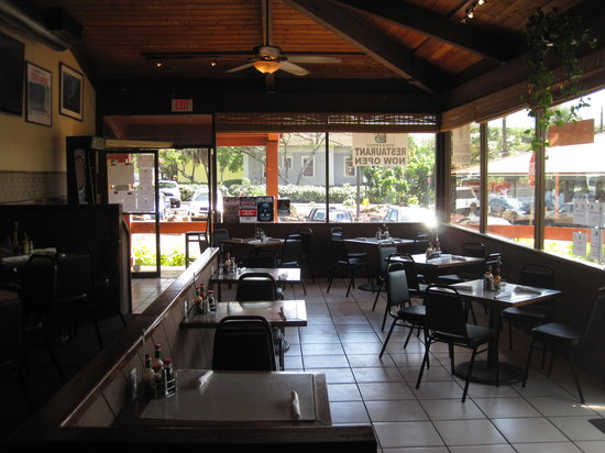 B's Bar & Grinds: cozy dining room