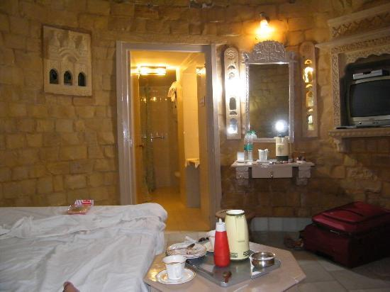 Himmatgarh Palace: room and bathroom