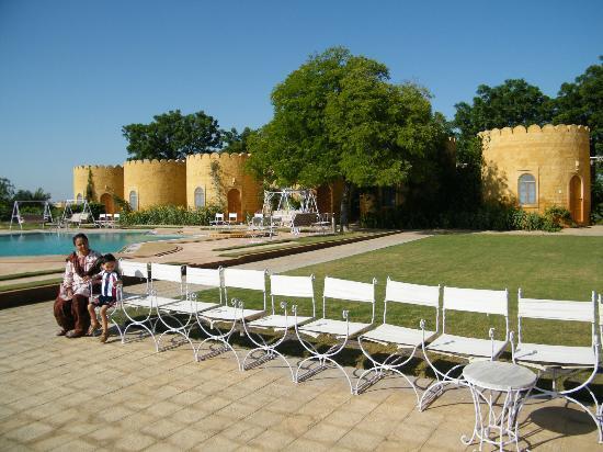 Himmatgarh Palace: hotel lawn