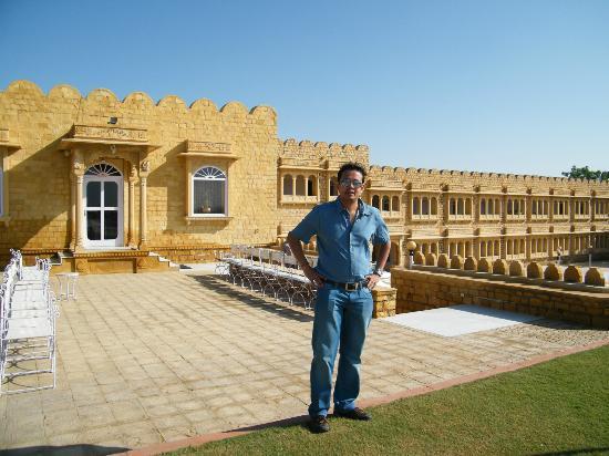 Himmatgarh Palace: hotel restaurent behind