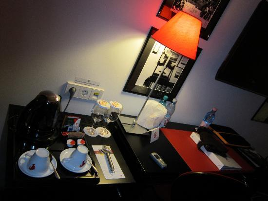 Vienna House Easy Airport Bucharest: Room Desk amd coffee making facilities