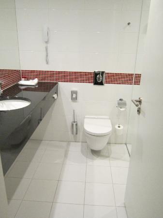 Vienna House Easy Angelo Bucharest: Bathroom