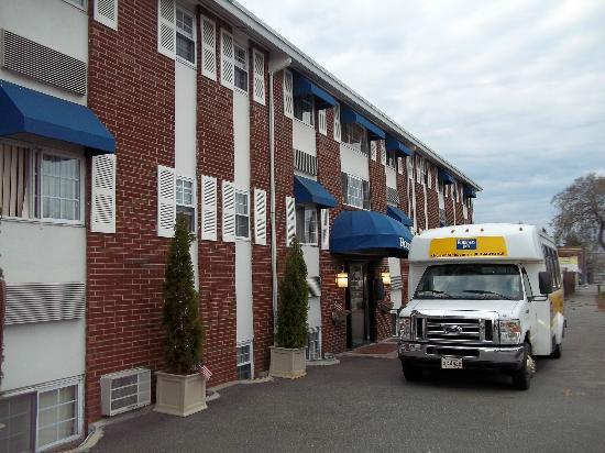Rodeway Inn Logan International Airport: Front of hotel with Shuttle bus