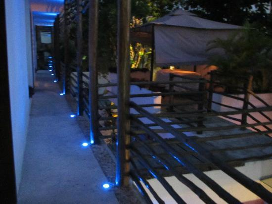 Hotel Latino: Upstairs walkway at night