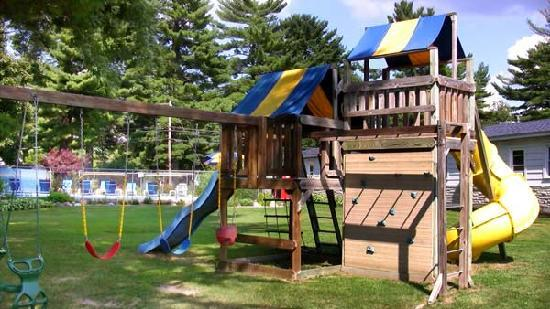 Dell Creek Motel: Swing Set
