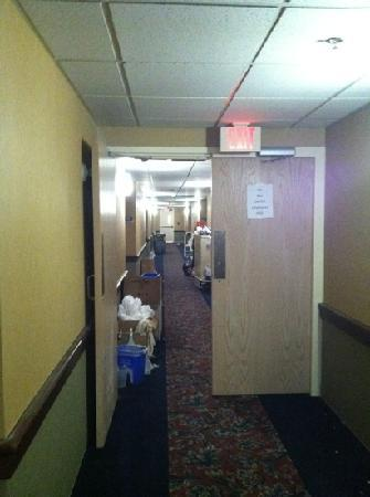 Days Inn Brewerton/Syracuse: hallway outside our room