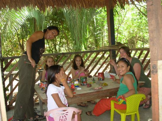 Ecoaldea Kapievi: Pintando en Taller de Laberinto