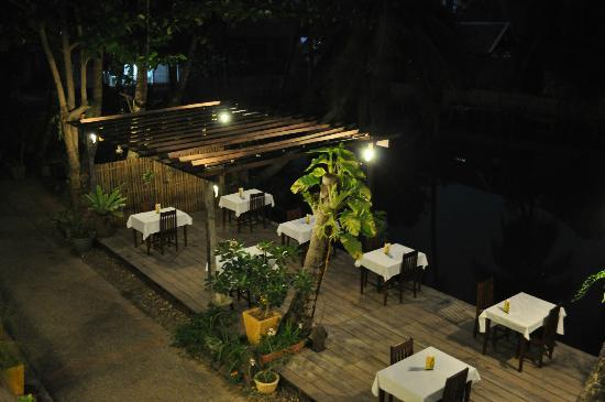 Luang Prabang Oasis – Villa Nam Nue: terrasse du petit déjeuner