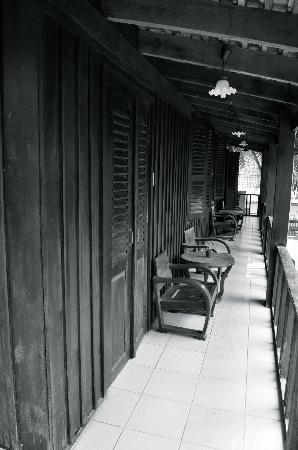 Luang Prabang Oasis – Villa Nam Nue: balcon privé