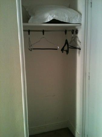 Le Glam's Hotel: placard! sans porte!