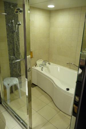 Kyoto Brighton Hotel: huge bath area