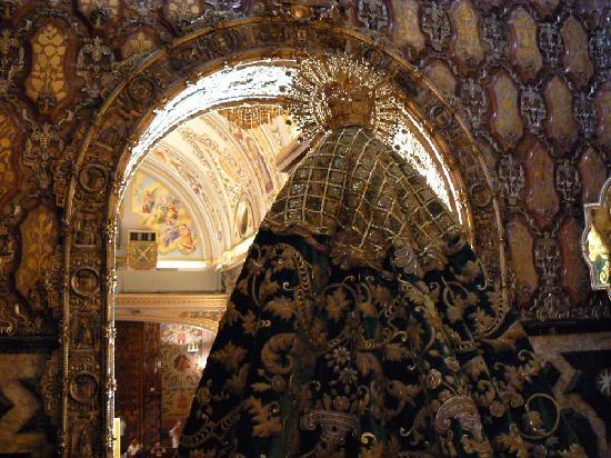Basilica de la Macarena: Manto della Madonna della Macarena