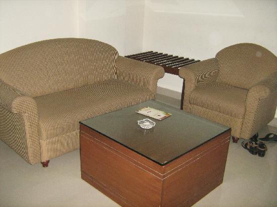 Treebo Grand Plaza: Sofa set