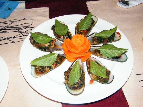 Uncle Rang Restaurant: Bake mussles with thai herb.