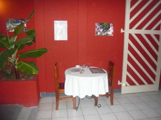 Entre terrasse et l 39 int rieur picture of le bouche a for Interieur oreille