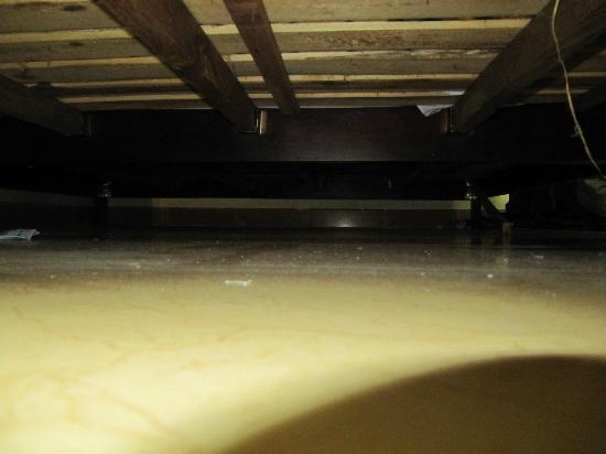Red Sun Hotel: Dreck unter dem Betten