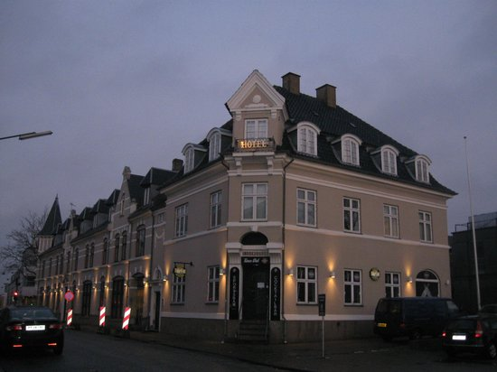 Kongens Lyngby, Denmark: View of the hotel building from Lyngby Station